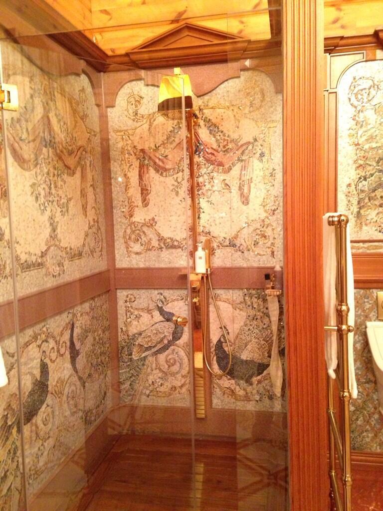 filmik ze złotym prysznicem